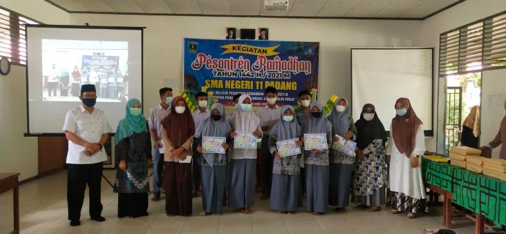 Sukses Dalam Pelaksaan Pesantren Ramadhan, Keluarga SMAN 11 PADANG bersyukur bersama.